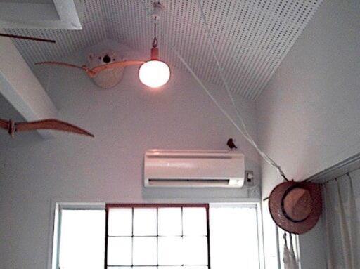 天井を高くし、ロフトも設けた木造ワンルーム空間に対して若干容量不足