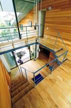 「モダンウッドハウス」と呼ぶにふさわしい自然素材の家【住まいの設計】