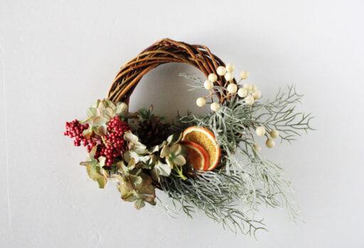 100均の造花だけでできる!「クリスマスリース」を簡単DIY
