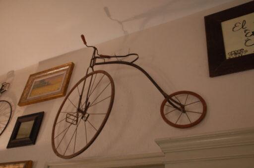 家中が自転車コレクション!スペインの元頭取が作ったペンション