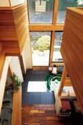まるで戸外のような空間!天窓からの光と木に包まれた家【住まいの設計】