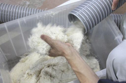 洗い上がった羽毛をバキュームダクトで乾燥機へ送ります