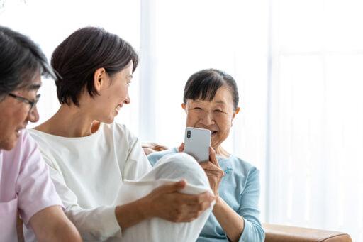 孫を見る祖父母