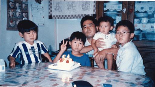 兄弟の誕生日にみんなでケーキを囲んで