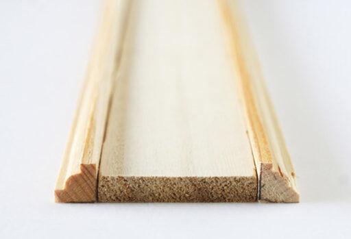 角材と同じ長さにカットした「モールディング材」を2本用意