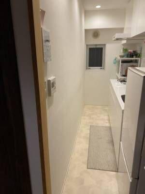 真っ白でちょっと陰気な印象のキッチンを明るくしたい