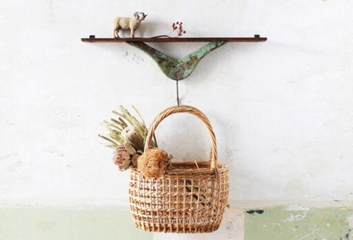 飾り棚付きハンガーフックにバスケットを吊るす