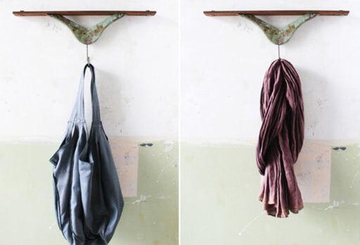 飾り棚付きハンガーフックにバッグすを吊るす