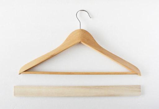 IKEAの木製ハンガーとセリアの木材