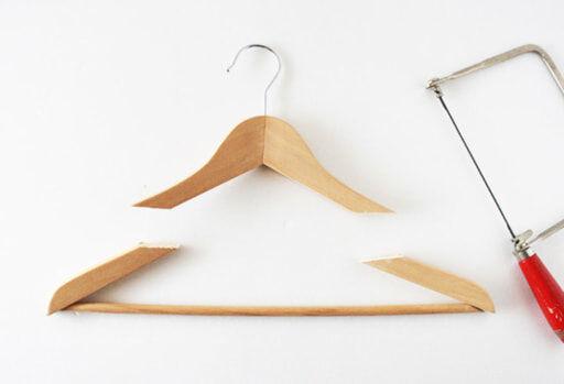木製ハンガーの両腕部分を糸ノコでカットする