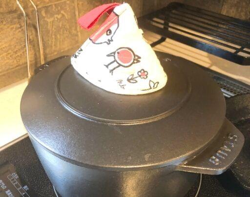 ストウブの鍋で調理中
