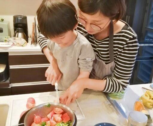 キッズ用包丁で野菜を切る親子