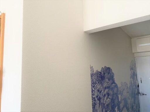 玄関から続く壁の端の壁紙を貼り替える