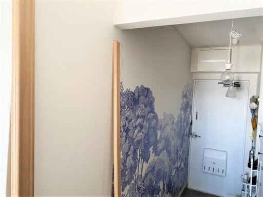 壁紙を貼る壁の左右に見切り材を貼る