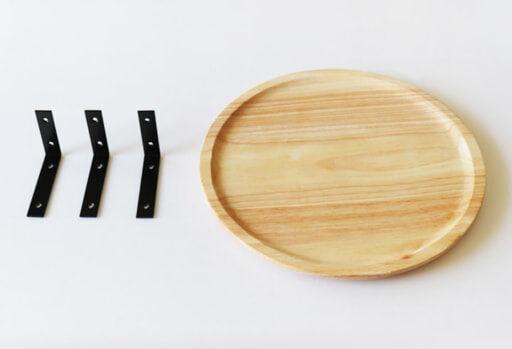 セリアの「アイアンブラケット」とナチュラルキッチンの「木製マルチトレイ」