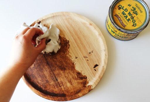 「オールドウッドワックス(チーク)」という木部用ワックスを塗り込む
