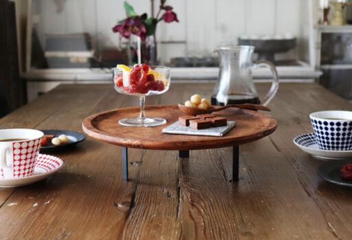 「ヴィンテージ風三脚トレイ」を置いたダイニングテーブル