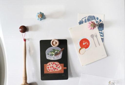 オリジナルマグネットで冷蔵庫にカードなどを飾る