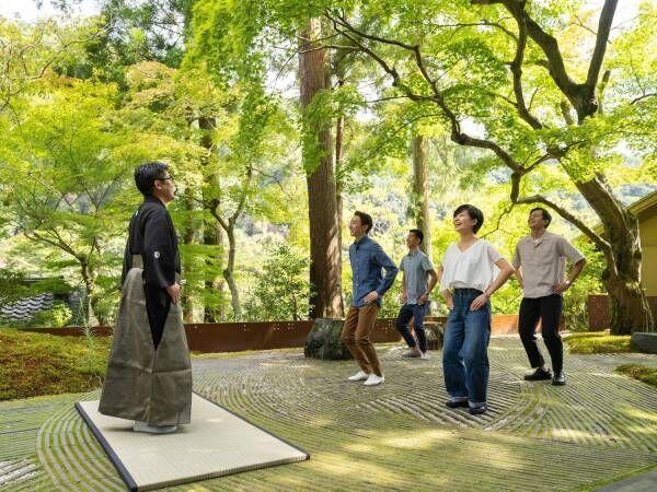 星のや京都、大声で笑い飛ばす朝活 「新緑の青空狂言」開催