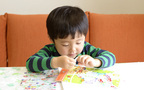 シール遊びは、子どもの脳を活性化させる!?