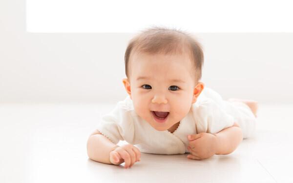 赤ちゃんを腹ばいにして筋肉をつける訓練をすると、背中や首、そして両腕の筋肉が早く発達しますので、首のすわりやハイハイといった赤ちゃんの発育もまた早まるほか、呼吸を活発に促進する効果も