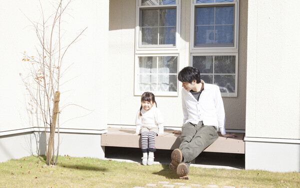 赤ちゃんの生育のためには、頻繁に屋外に連れて行くことが大切で、マンションの高層階に住むと、外出がおっくうになる傾向がある