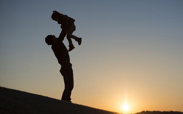 遊ぶ父と娘のシルエット