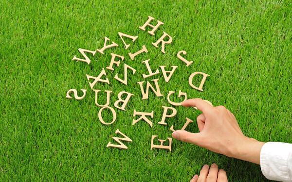 アルファベットと人間の手
