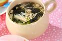 シャキシャキ食感で食べ応え十分!「エノキとワカメのスープ」