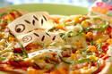 こどもの日を盛り上げる、こいのぼりを飾った 「春巻きの皮でピザ」