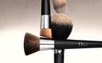 ディオールから、プロが使用するブラシをモデルにした「バックステージ ファンデーション ブラシ」が登場