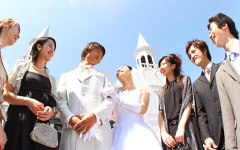 結婚式に何を着ていく? 最近の傾向とマナーを知って、おしゃれにお祝いの気持ちを表しては?