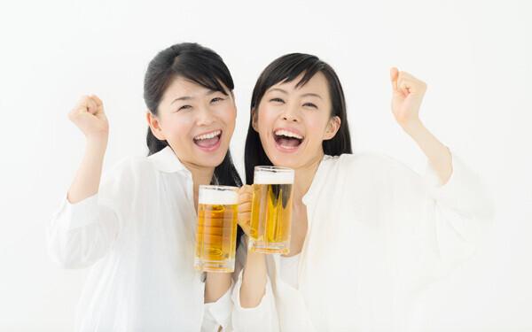 サラダ取り分けで女子力アピールは古い!? 幹事に聞いた「飲み会で好印象の女性」とは