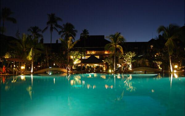 都心のリゾート! シティホテルのプールでひんやり水辺のナイトデートを楽しみましょう