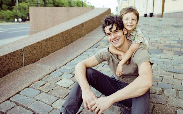 笑顔の父親と男の子の子供