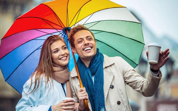 レインボーカラーの傘とカップル