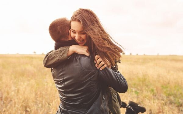 抱き合うカップル