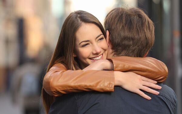 抱きあうカップル