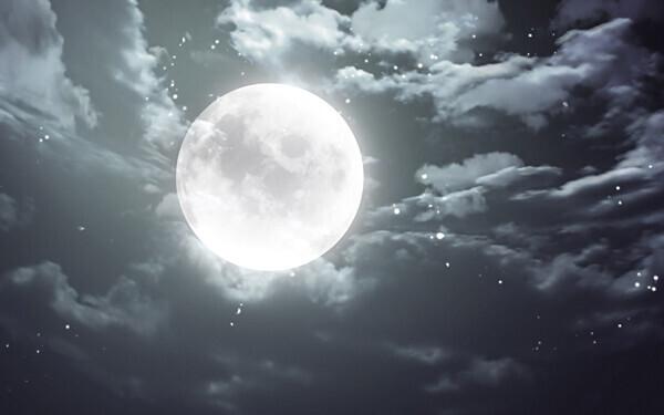 闇夜にかがやく満月
