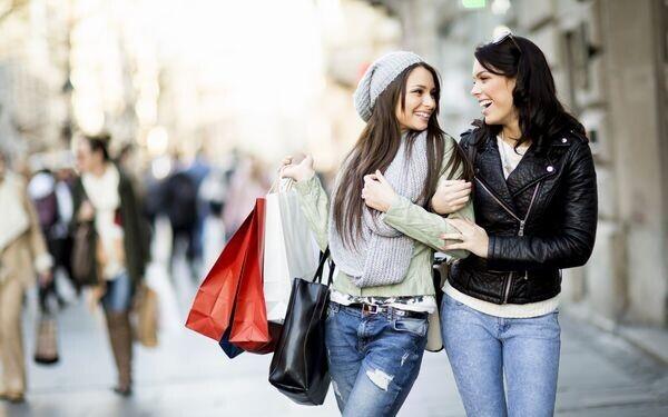 買物中の女性