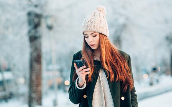 スマートフォンを見つめる女性