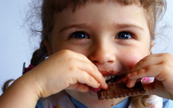 クッキーを美味しそうに食べている女の子