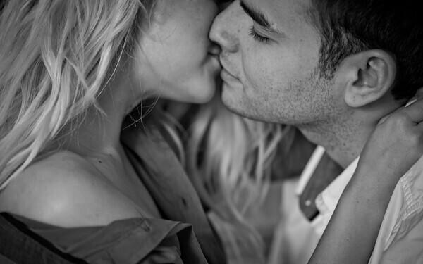 キスをする男女のカップル