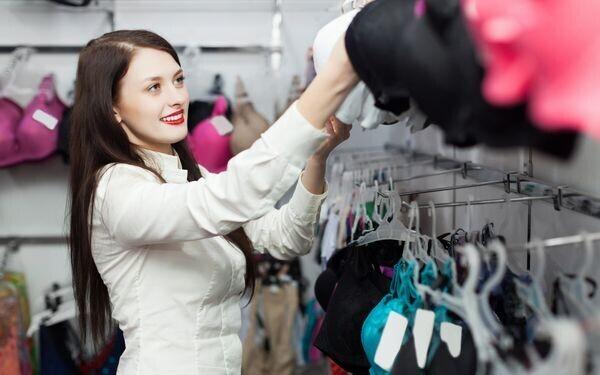 下着を選ぶ女性
