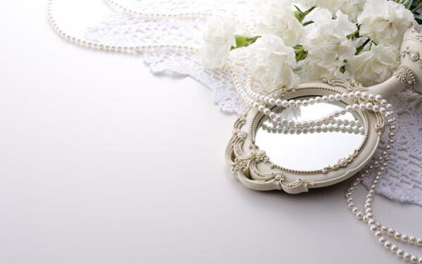 パールと鏡と白い花