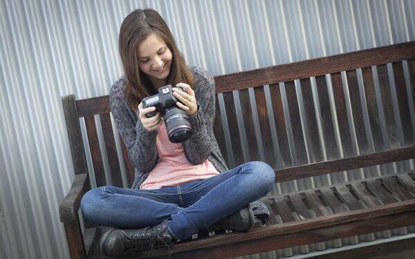 カメラをのぞく女性