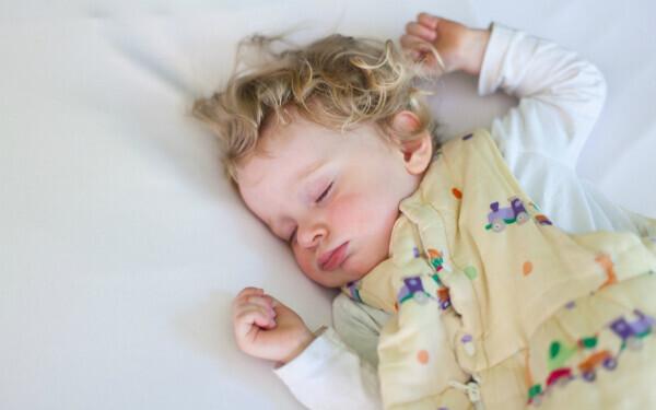 ベッドで熟睡する赤ちゃん