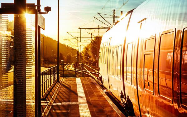 プラットホームで出発する電車