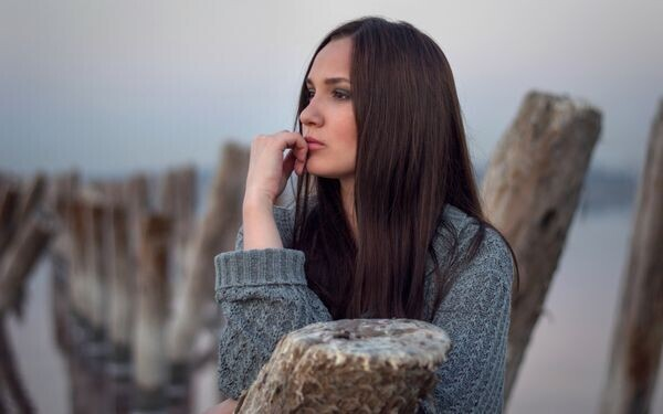 憂うつそうな表情を浮かべる女性
