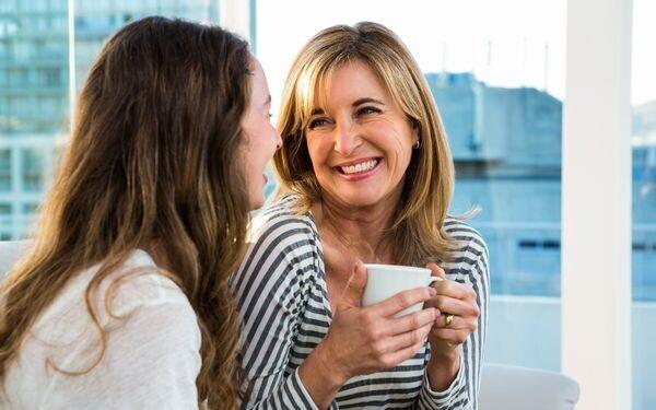 彼ママとお茶を飲む女性